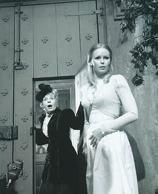 Veronica Carlson Unsigned Photo - 4096 - Frankenstein & Dracula