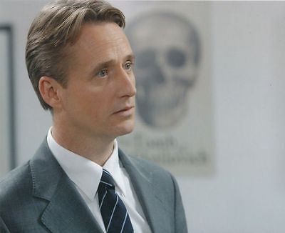 Linus Roache Unsigned Photo - 533 - Law & Order