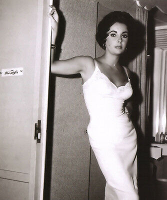 Elizabeth Taylor UNSIGNED photo - B3204 - Cat on a Hot Tin Roof