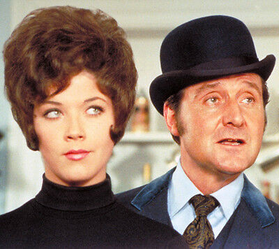 Patrick MacNee and Linda Thorson UNSIGNED photo - 398 - The Avengers