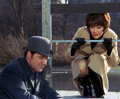 Patrick MacNee and Linda Thorson UNSIGNED photo - 404 - The Avengers