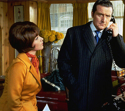 Patrick MacNee and Linda Thorson UNSIGNED photo - 405 - The Avengers