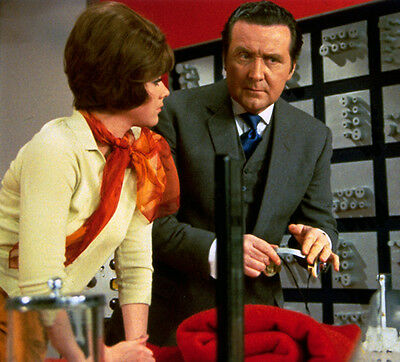 Patrick MacNee and Linda Thorson UNSIGNED photo - 406 - The Avengers