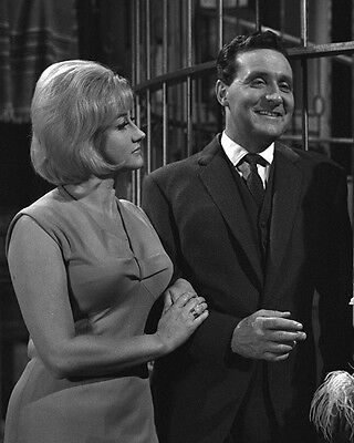 Patrick MacNee and Liz Fraser UNSIGNED photo - 412 - The Avengers