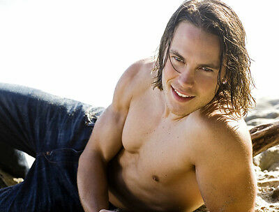 Taylor Kitsch UNSIGNED photo - D687 - TOPLESS!!!!!
