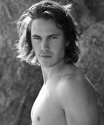 Taylor Kitsch UNSIGNED photo - D688 - TOPLESS!!!!!