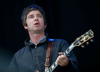 Noel Gallagher UNSIGNED photo - D1259 - Oasis