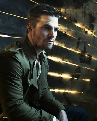 Stephen Amell UNSIGNED photo - F276 - Arrow
