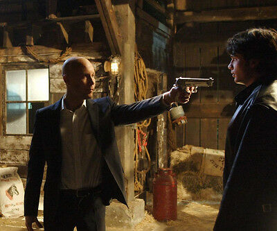 Smallville UNSIGNED photo - E379 - Tom Welling and Michael Rosenbaum