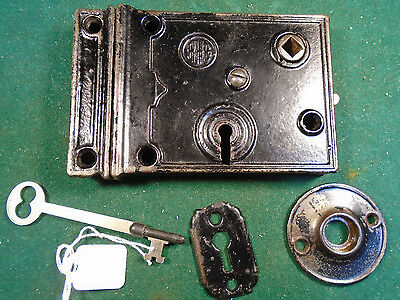 VINTAGE READING HARDWARE R.H.C. RIM LOCK w/KEY, KEEPER & BOTH ESCUTCHEONS (6518)