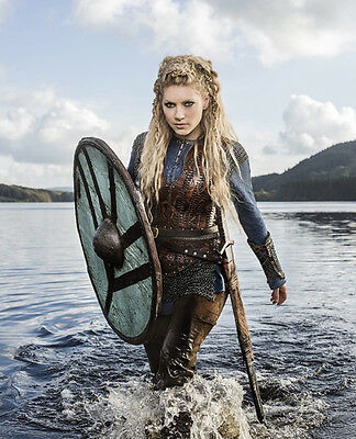 Katheryn Winnick UNSIGNED photograph - H730 - Vikings