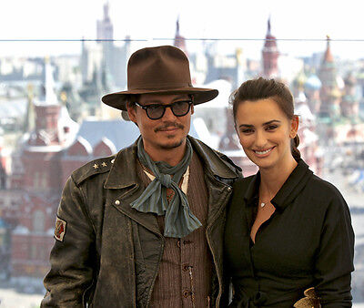 Penelope Cruz and Johnny Depp UNSIGNED photo - G932 - Pirates of the Caribbean