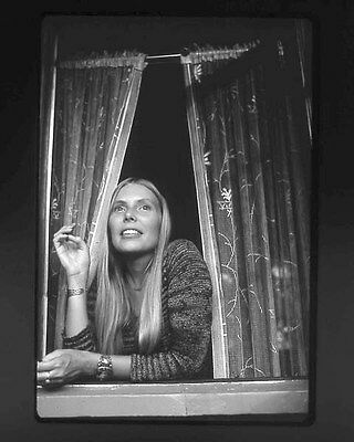Joni Mitchell UNSIGNED photo - G1075 - Canadian singer-songwriter and painter