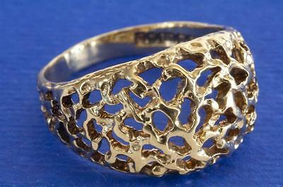 A VINTAGE SOLID 9ct GOLD OPENWORK DOME BAND RING SIZE N (US 6.75)