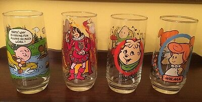 Nice Vintage Set Of 4 Collectable Glasses