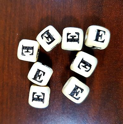36 Dados letra E de madera color natural 10 mm cubes dices letras letter E beads