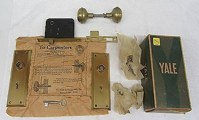 COMPLETE UNUSED Vtg YALE Inside DOOR SET AU8082 Lock Key Dull BRASS Knobs in BOX