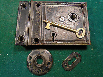 VINTAGE CAST IRON DOOR RIM LOCK -  w/KEY & BOTH ESCUTCHEONS - WORKS GREAT (6866)