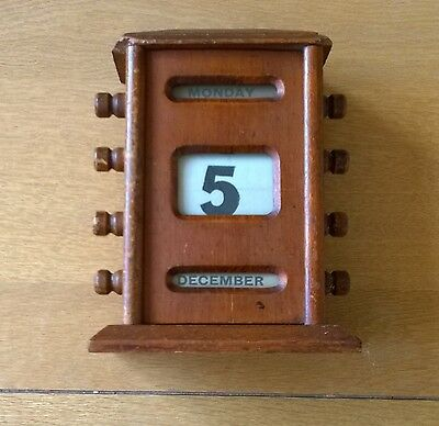 Super Vintage Wooden Desk Or Table Perpetual Calendar 17 Cms Tall Day Date Month