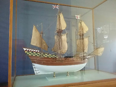 THE MAYFLOWER 1620 - Wooden Model Ship in Display Case