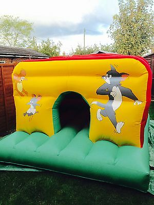COMMERCIAL 10ft x 10ft TOM & JERRY BOUNCY CASTLE WITH BUILT IN RAIN COVER