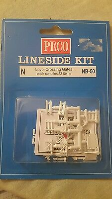 A model railway pkt of accessories by peco for N gauge of level crossing gates 2