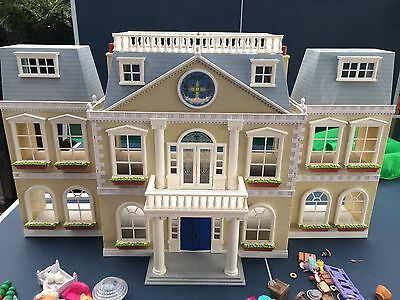 sylvanian families Hotel, With All Pieces And Some Minifigs. Excellent
