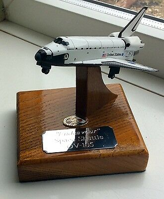 Detailed Diecast Discovery Nasa Space Shuttle On A Solid Oak Base 1/300 Apollo