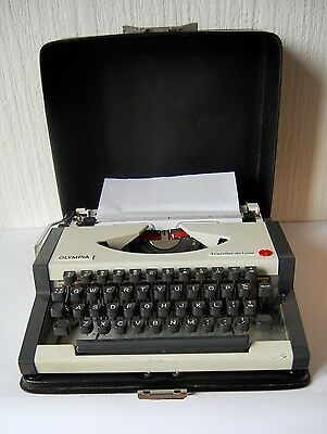 Vintage 1960'S Olympia Traveller De Luxe Typewriter With Case