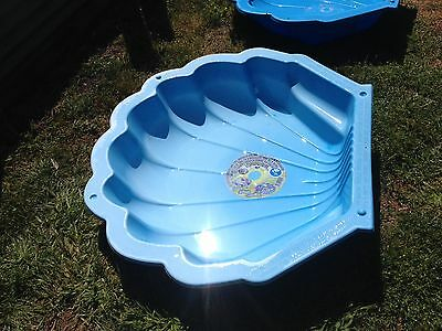 Clam shell pool, very good condition