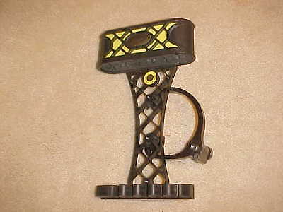 Mathews CT6 Black quiver with claw and yellow insert