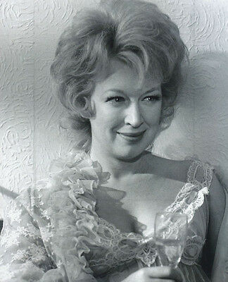 June Whitfield UNSIGNED photo - H4002 - Carry On star