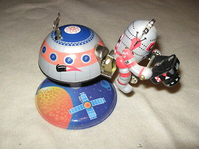 MARS 10 SPACE STATION Rotating Tin Toy Wind Up Robot Astronaut Collectible