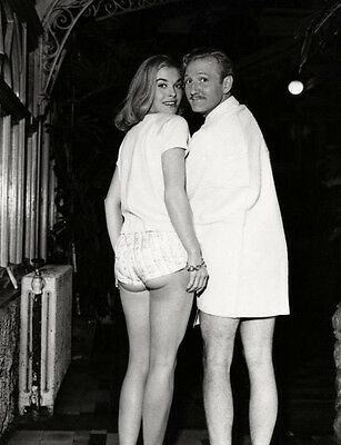 Shirley Eaton and Leslie Phillips UNSIGNED photo - H7209 - GREAT photo!!!!
