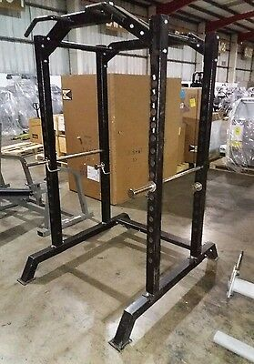 Power rack with chin up station