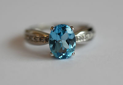 9ct white gold sky blue topaz and diamond lined shoulder ring