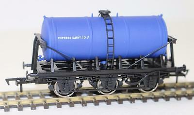 "Dapol OO 6 Wheel Milk tanker Express Dairies ""New"" 4F-031-009 FNQHobbys"