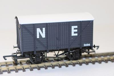 OO 1:76 Hornby Railroad NE Closed goods Van R6422 FNQHobbys
