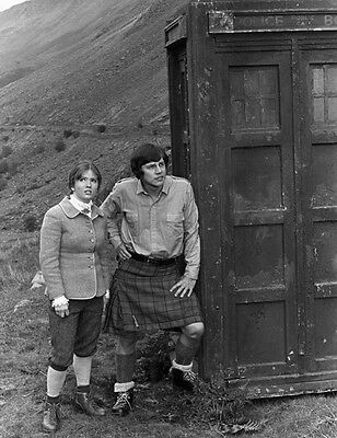 Deborah Watling and Frazer Hines UNSIGNED photo - H7225 - Doctor Who