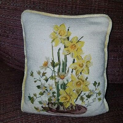 LOVELY Vintage Needlepoint TAPESTRY PILLOW Springtime Daffodils