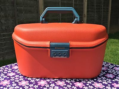 VINTAGE RED HARD PLASTIC SAMSONITE VANITY CARRY CASE wITH GREY PLASTIC TRAY
