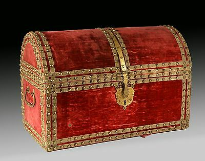 Velvet and metal chest. 17th century.