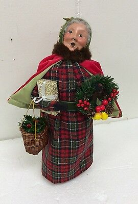 Byers Choice English Countryside Mrs. Claus Holding Wreath Basket & Package