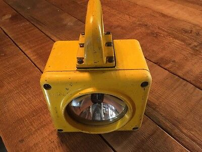 VTG USN US Navy YELLOW Portable Hand Lantern Flash LIGHT 815-74434-4 SYM 100.2
