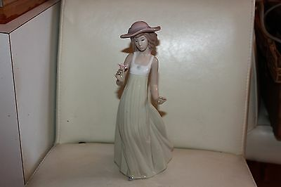 Lladro/Nao Figure girl with hat and flower 1158