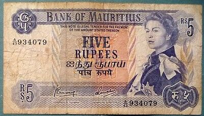 MAURITIUS 5 RUPEES NOTE FROM 1967. P 30 c , QUEEN,  SIGNATURE 4