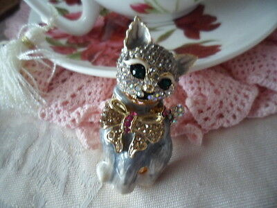 VINTAGE CRYSTAL RHINESTONE LARGE CAT BROOCH PIN with GOLD BOW and EMERALD EYES