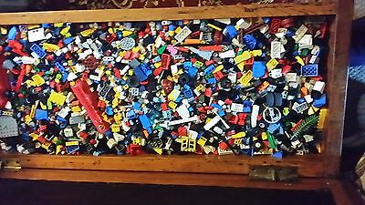 1 kilo of mixed loose genuine LEGO pieces from a large storage box.
