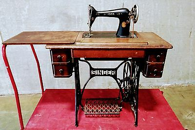 1925 Singer Treadle Sewing Machine with Cast Iron