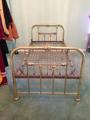 Twin Size Metal Bed Your shipper or Local Pickup. RM002
